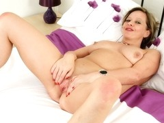 British mature Silky Thighs Lou fingers her shaven cunt