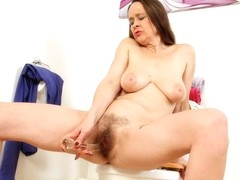 British mature Josie pushes dildo up her hairy hole